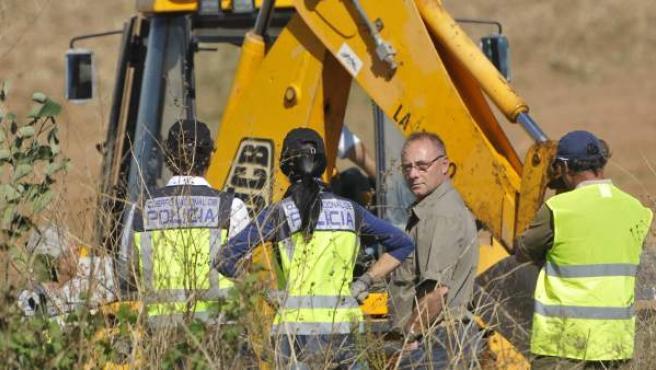 Antonio del Castillo (mirando a cámara), junto a los miembros de la Policía Nacional que han reanudado la búsqueda del cuerpo de su hija Marta en la finca Majaloba de La Rinconada (Sevilla).