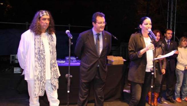 De izquierda a derecha, el artista Óscar Méndez Lobbo (pregonero de las fiestas de San Nicasio), el alcalde de Leganés, Jesús Goméz, y la concejal de Seguridad Ciudadana y Festejos, Noemí Selas.