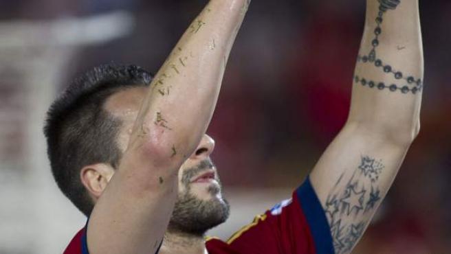 Álvaro Negredo señala al cielo para dedicarle su gol ante Bielorrusia a María de Villota.