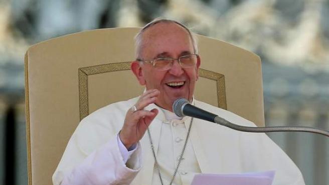 El papa Francisco saluda a los fieles durante la audiencia general de todos los miércoles en la plaza de San Pedro en el Vaticano.
