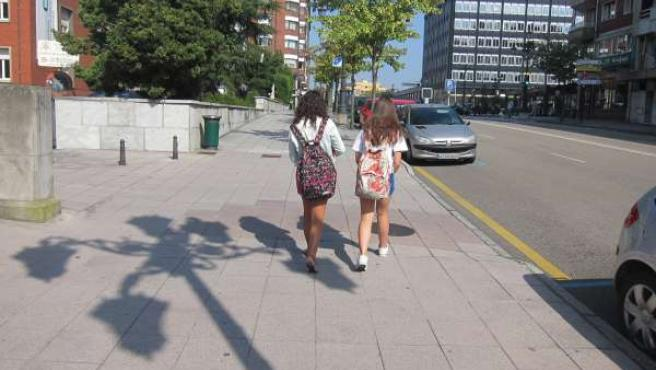 Escolares con mochilas