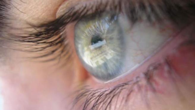El estrés visual se produce, muchas veces, por trabajos a corta distancia, como ante un ordenador.