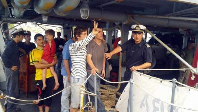 Un grupo de inmigrantes rescatados por la Marina italiana desembarcan en Lampedusa.