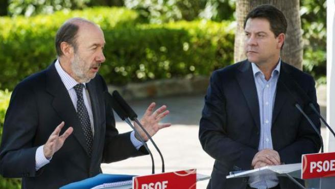 El secretario general del PSOE, Alfredo Pérez Rubalcaba (i), y el secretario general del partido en Castilla-La Mancha, Emiliano García-Page, tras la reunión de la Comisión Ejecutiva Federal del partido celebrada en Toledo.