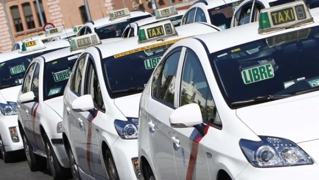 Taxis esperando en una parada en Madrid.