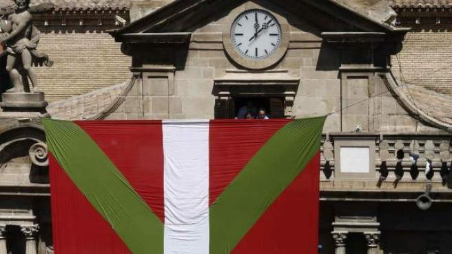 Una ikurriña gigante que tapaba el Ayuntamiento de Pamplona deslució el inicio de las fiestas de San Fermín.