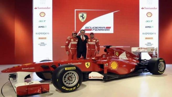 Fernando Alonso y Felipe Massa, junto al director de la escudería Ferrari, Stefano Domenicali.