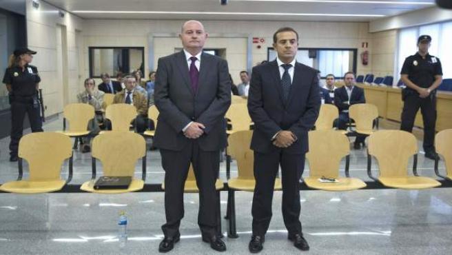El ex jefe superior de Policía del País Vasco Enrique Pamiés (i), y el exinspector José María Ballesteros (d), acusados de colaborar con ETA.