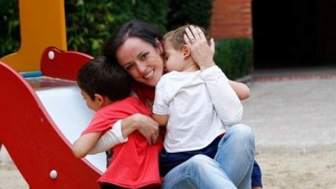 Marisa, recuperada de un cáncer de mama que le diagnosticaron cuando tenía 28 años, con sus hijos en un parque.