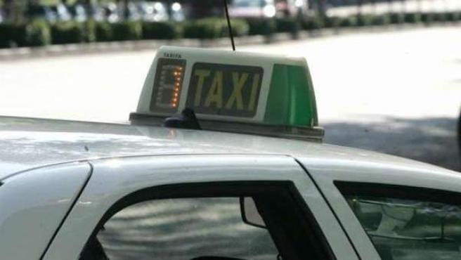 Un taxi circula por la ciudad de Madrid.