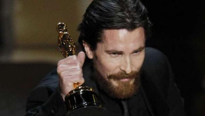El actor británico Christian Bale recoge su Oscar a mejor actor de reparto por 'The Fighter'.