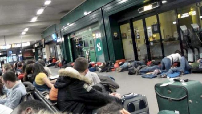 Personas durmiendo en el suelo del aeropuerto italiano de Bérgamo.