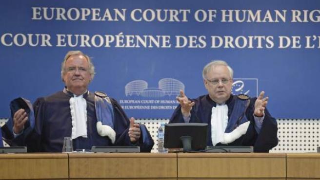 El presidente del Tribunal, Dean Spillmann (dcha), y el subsecretario Michael O'Boyle (izq) hacen pública la sentencia favorable a la presa etarra Inés del Río Prada.