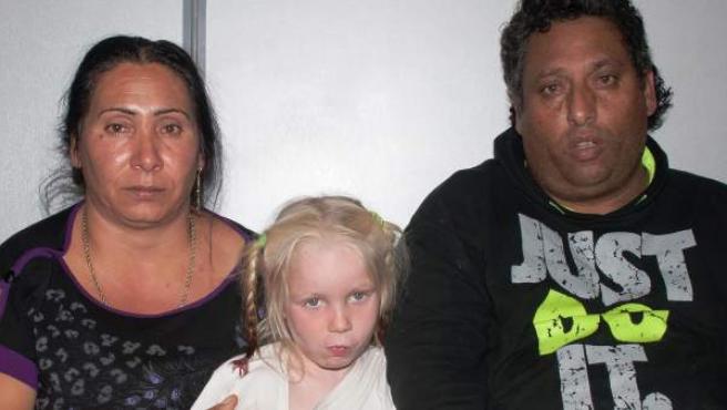 La niña María posa con la pareja gitana, Elefthería Dimopulu (izquierda) y Jristos Salís, que se hacía pasar por sus progenitores.