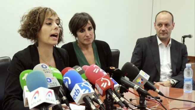 Los abogados Amaia Izko (i), Ainhoa Baglietto (c) y Alfonso Zenón (d), entre otros abogados de la etarra Inés del Río.