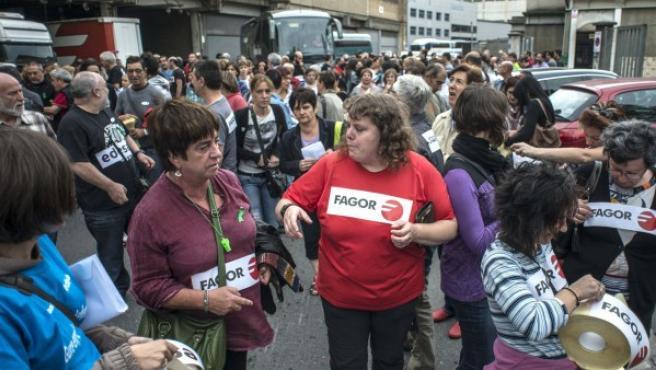 Cientos de trabajadores de Fagor se han manifestado por las calles de Basauri.