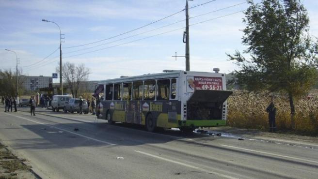 Imagen facilitada por el servicio de emergencias de la localidad de Volgogrado que muestra el autobús de pasajeros que ha sufrido el atentado.