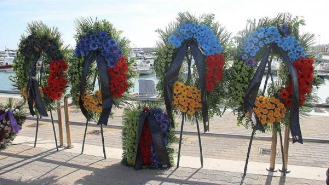 Varias coronas de flores han sido colocadas durante la ceremonia de conmemoración por las 366 víctimas mortales del naufragio del barco de inmigrantes en Lampedusa.