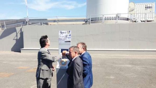 Desde izq: Soria, Rivero y Martín accionando el primer aerogenerador de España