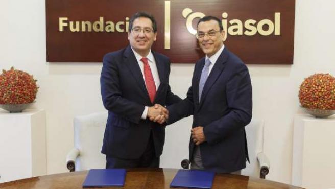 El presidente de Cajasol, Antonio Pulido, con Ignacio Caraballo.