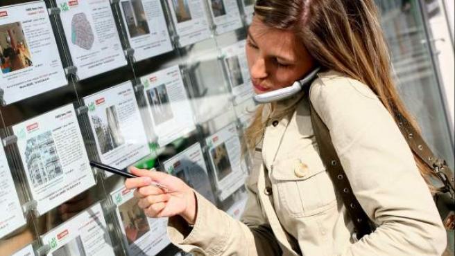Una mujer busca apartamentos.