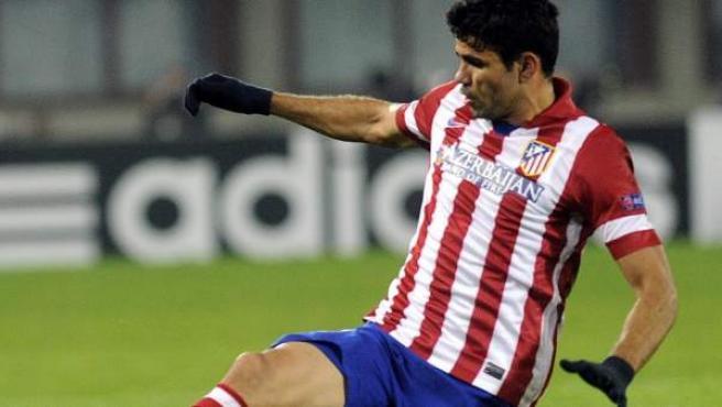 Diego Costa se lanza para recuperar un balón durante el compromiso del Atlético contra el Austria de Viena.