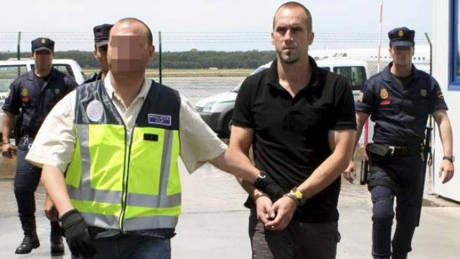 El terrorista 'Txeroki' a su llegada a Madrid, tras ser entregado temporalmente por Francia.