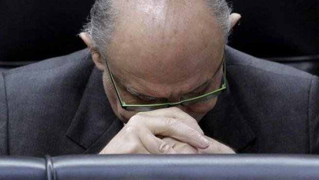 El ministro de Hacienda, Cristóbal Montoro, durante la comparecencia en el pleno en el Congreso de los diputados del presidente del Gobierno, Mariano Rajoy, en el que ha informado del último Consejo Europeo de Bruselas.