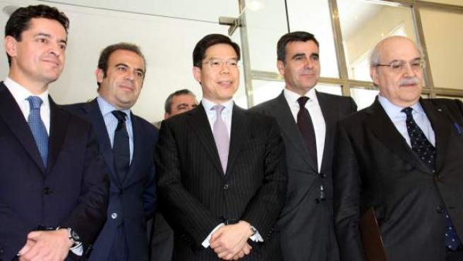 Los socios que integrarán el consorcio para impulsar el primer resort del BCN World junto al consejero de Economía, Andreu Mas-Colell.