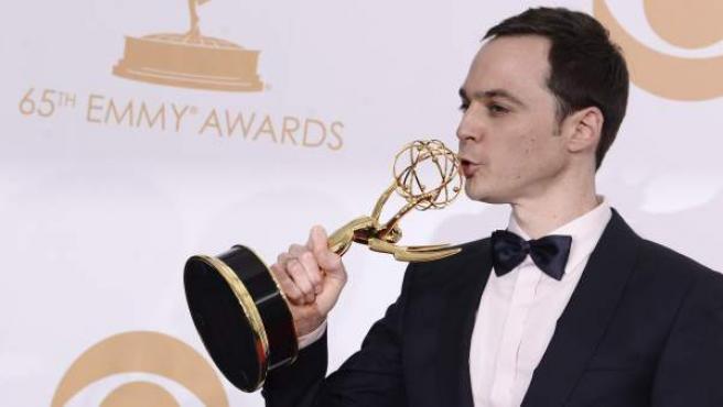 El actor Jim Parson besa el premio Emmy recibido por su papel de Sheldon en la serie 'The Big Bang Theory' en septiembre de 2013.