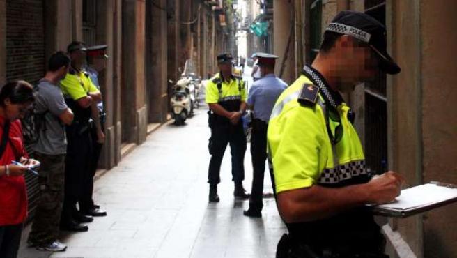Agentes de los Mossos y la Guardia Urbana de Barcelona, juntos por las calles de ciudad.