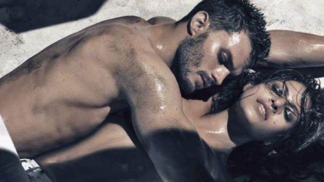 Jamie Dornan y Eva Mendes en una campaña de Calvin Klein.