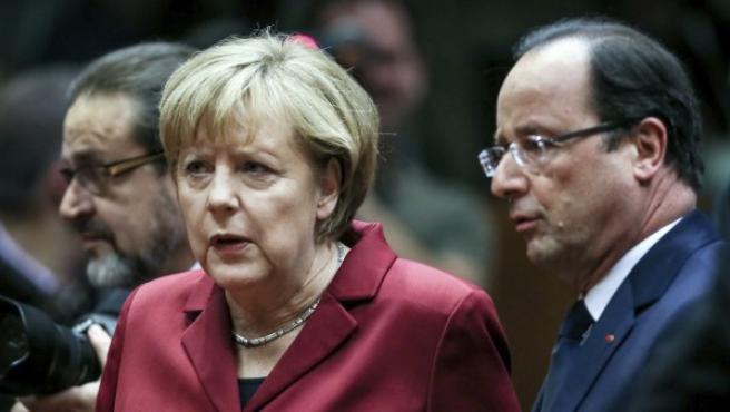 La canciller alemana Angela Merkel (i) conversa con el presidente de Francia, François Hollande.