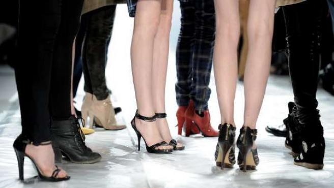 Varias modelos sobre sus tacones reunidas durante la semana de la moda Mercedes-Benz en el Lincoln Center en Nueva York.