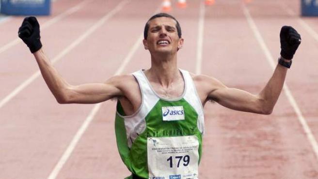 El atleta extremeño Pablo Villalobos celebra su llegada a meta en una edición del Maratón de Sevilla.