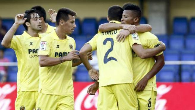 Los jugadores del Villarreal celebran un gol ante el Valencia en El Madrigal.