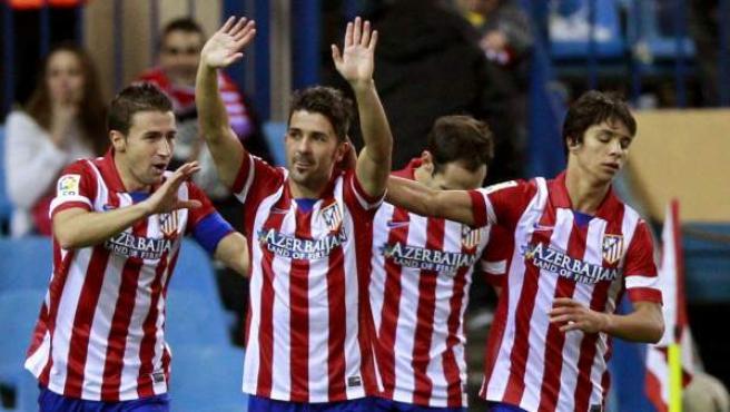 Los jugadores del Atlético de Madrid celebran un gol de Villa ante el Betis.