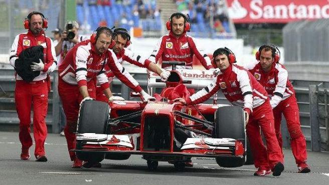 El Ferrari de Fernando Alonso regresa a boxes en Nurburgring.