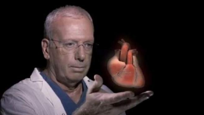 Imagen de un médico frente a un holograma en 3D de un corazón humano.