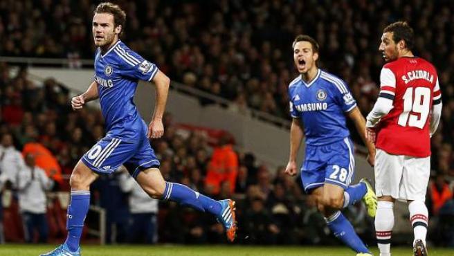 Mata celebra su gol en el Arsenal - Chelsea ante Cazorla, Wilshere y Azpilicueta.