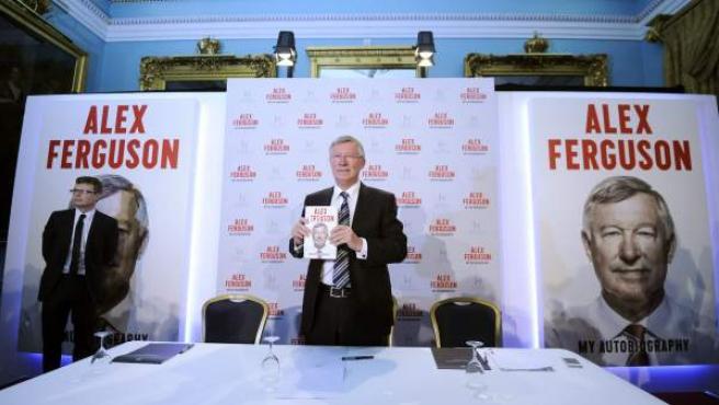 Sir Alex Ferguson, exentrenador del Manchester United, posa con su autobiografía en una rueda de prensa convocada en el Instituto de Directores en Londres (Reino Unido).
