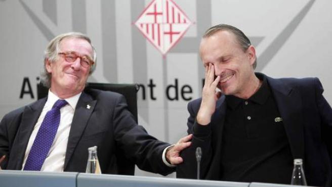 El alcalde de Barcelona, Xavier Trias, y el cantante Miguel Bosé bromean durante la presentación de la IV Gala Sida Barcelona.