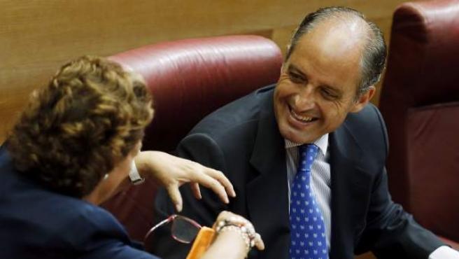Camps conversa con la exalcaldesa de Valencia, Rita Barberá.
