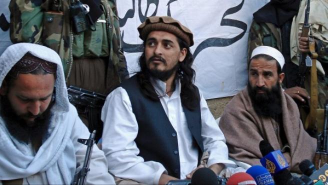 Hakimulá Mehsud (en el centro), líder de los talibán paquistaníes.