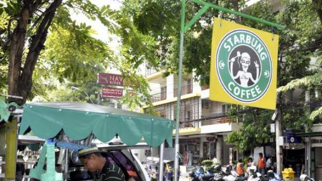 Damrong Maslae, propietario de un puesto ambulante en el que sirve café y otros brebajes locales, está dispuesto a plantar cara en los tribunales a la multinacional cafetera Starbucks.