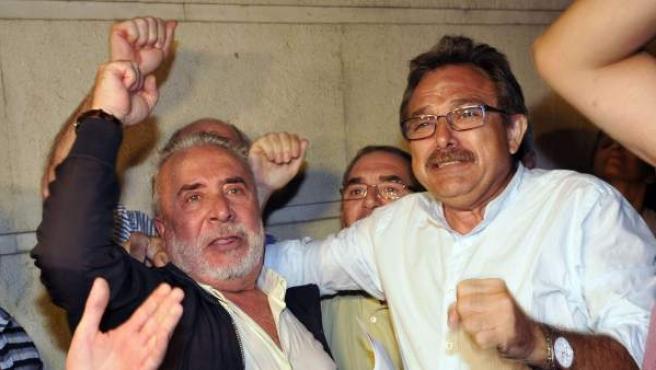 Los sindicalistas Salvador Mera (UGT) y Roberto Carmona (CC OO), a la salida de los juzgados de Sevilla.