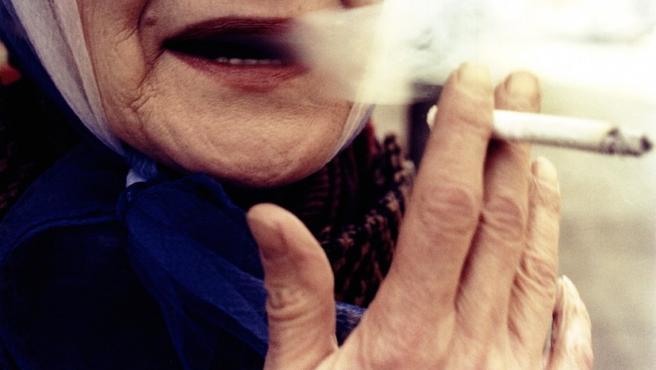 """""""Mujer de labios rojos fumando"""", foto de Mark Cohen"""
