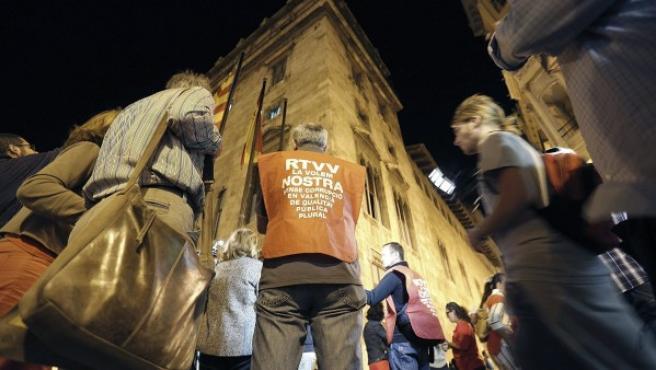 Una cincuentena de trabajadores de Radiotelevisión Valenciana (RTVV) protesta a las puertas del Palau de la Generalitat valenciana.