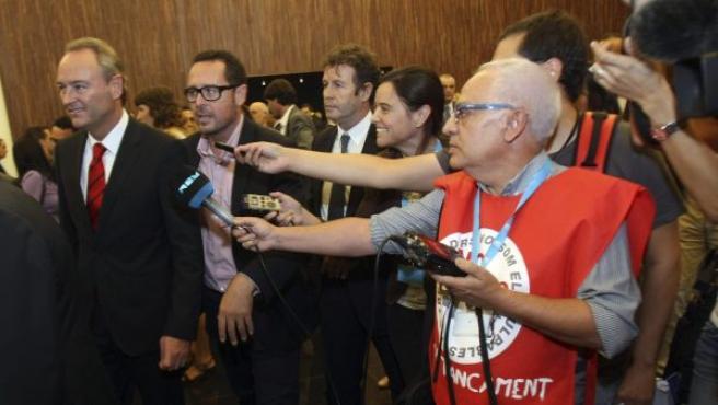 El presidente de la Generalitat Valenciana, Alberto Fabra (i), elude hacer declaraciones a un periodista de Radio 9 (d) tras el anuncio del cierre de la televisión y radio autonómica valenciana.