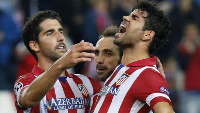 Diego Costa, felicitado por Raúl García (izquierda) y Juanfran (c) celebra con rabia el 4-0 del Atlético sobre el Austria de Viena.
